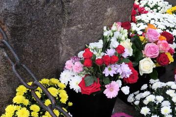 Fleurs sur une tombe avec chaîne de fer