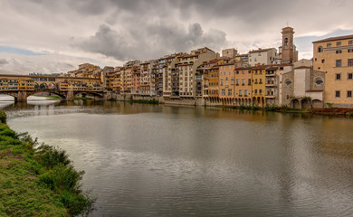 Le long de la riviere Arno a Florence en Toscane - Italie
