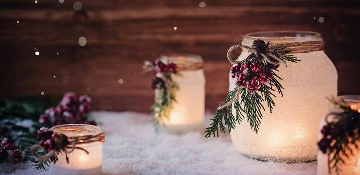 Winterliche Weihnachtsdekoration mit  frostigen Laternen /Windlichtern vor rustikalem Holz Hintergrund