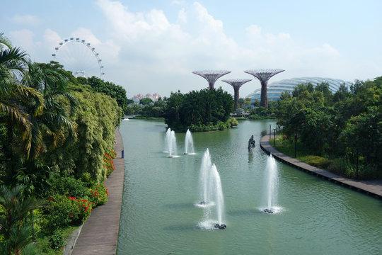 シンガポール ガーデンズバイザベイ 噴水 シンガポールフライヤー スーパーツリーグローブ