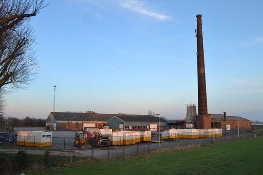 opslag van bouwketen bij oude steenfabriek aan de rivier de Rijn