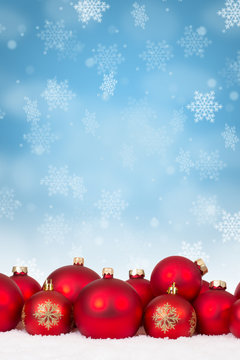 Weihnachten viele rote Weihnachtskugeln Dekoration Hochformat Schneeflocken Schnee Winter Textfreiraum Copyspace