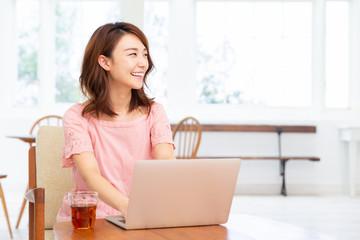 ラップトップコンピューターを見る女性