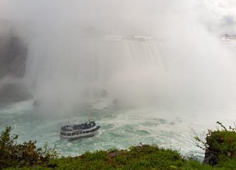 Niagara Falls: Horseshoe falls with tour boat and mist