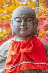 秋の紅葉とお地蔵さまのアップ Autumn leaves and Jizo, Buddhist guardian deity of children