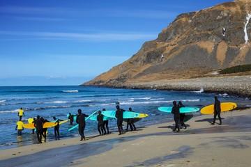 Wellenreiten im Winter auf den Lofoten