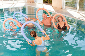 Senioren machen zusammen Aquagymnastik