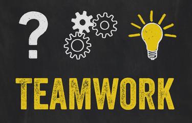 Fragezeichen, Zahnräder, Glühbirne - Teamwork