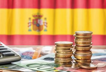 Fotomurales - Geldscheine und Münzen vor der Nationalflagge Spaniens
