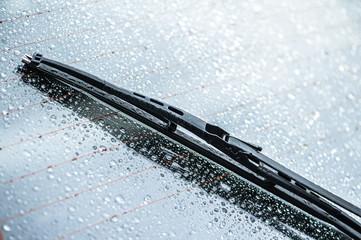 Scheibenwischer auf regennasser Autoscheibe mit Heizdrähten