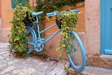 dekoriertes Fahrrad in der historischen Altstadt von Rovinj in Kroatien