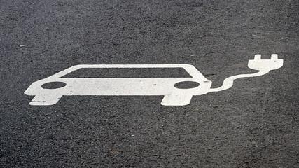 Hinweis auf eine Elektrotankstelle auf dem Asphalt einer Straße in Leipzig