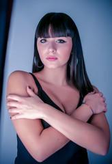 giovane bellissima ragazza bruna posa in studio fotografico