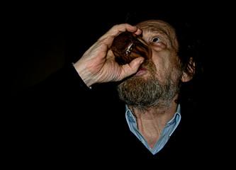 Uomo che beve vino. Uomo Barbuto.