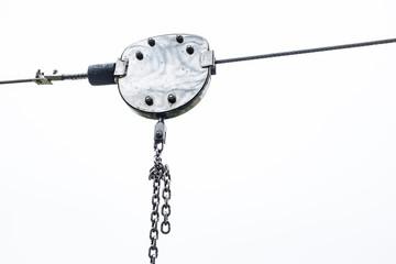 Regennasse Laufkatze mit Kette an Stahlseil