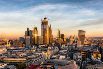 Fotomurales - Die moderne Skyline der City von London bei Sonnenuntergang