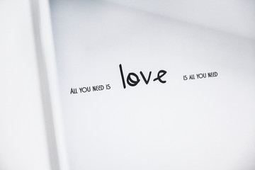 """scritta """"all you need is love"""""""