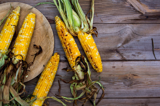 Overhead view of corn cobs on wooden table