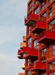 Rotes Haus mit Balkonen