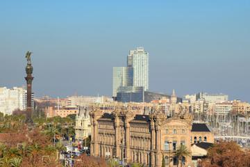 Vista de Barcelona ciudad con la estatua de Colón.