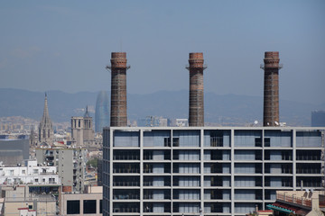 Vista de Barcelona ciudad, con 3 viejas chimeneas de la antigua fábrica la canadiense.