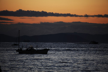 漁船の浮かぶ海 瀬戸内海 朝焼け空