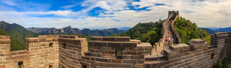 Photo sur Plexiglas Muraille de Chine Panoramic view of the Great Wall of China and tourists walking on the wall in the Mutianyu village a remote part of the Great Wall near Beijing