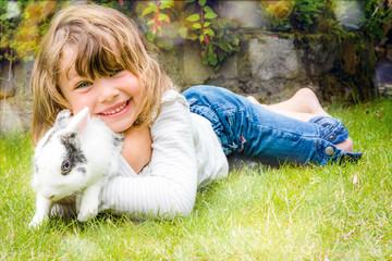 belle jeune fille et son lapin