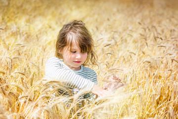 belle jeune fille dans les champs