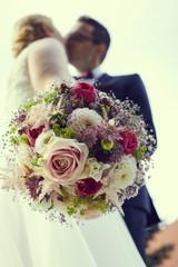 Brautstrauß mit brautpaar
