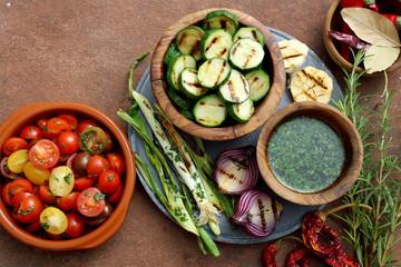 verdure alla griglia zucchini cipolle con insalata di pomodori