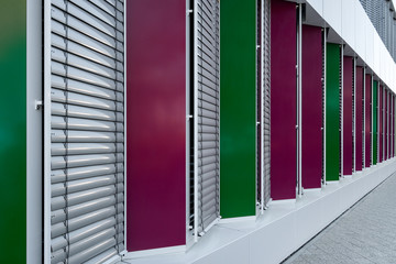 Gebäudefassade mit geschlossenen Jalousien
