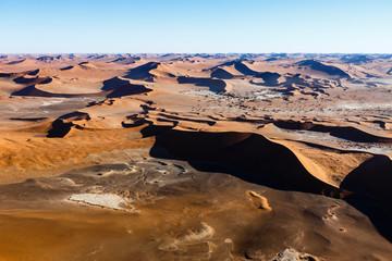 Luftaufnahme, Sossusvlei inmitten Dünenmeer der Namib Wüste