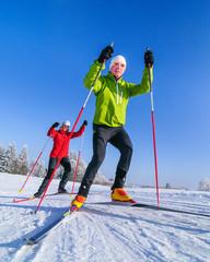 zwei Skating-Sportler an einem herrlichen Wintertag