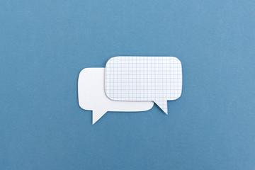 Dialog Illustration mit zwei Sprechblasen aus Papier