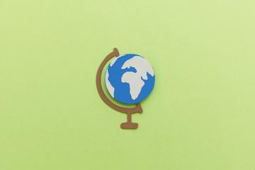 Globus mit Kontinenten als Papierschnitt-Illustration