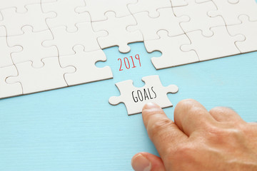 Top view 2019 goals written over puzzle pieces.