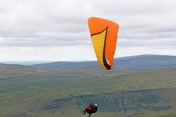 Fototapete - Tandem paraglider in the Brecon Beacons