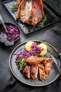 Traditionell gebratene Ente mit Knödel und Blaukraut zu Weihnachten als Draufsicht auf einem Teller