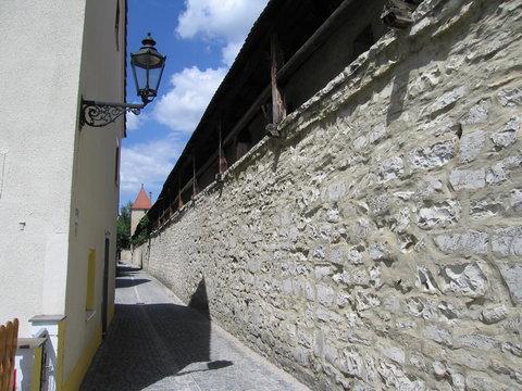 Stadtmauer und Gasse mit Laterne in Berching