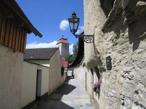 Alte schmiedeeiserne Laterne an der Stadtmauer in Berching.