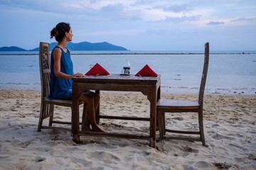 She is ready to enjoy a quiet and lovely dinner by the sea in an exotic destination