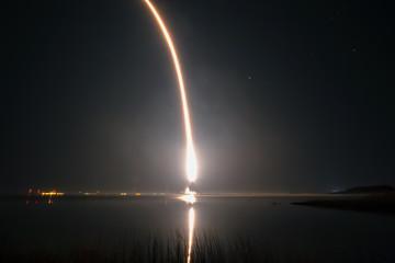 fire trail of a rocket taking off in a night sky Fototapete