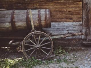 Alter Fasskarren aus Holz auf einem Bauernhof im Allgäu