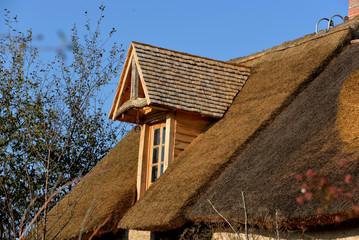 Fenêtre sur toit de chaume