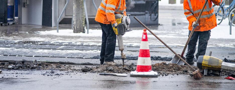 Straßenarbeiter im Winter mit Presslufthammer