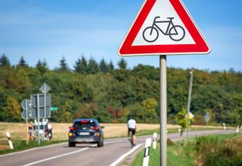 Auto überholt Radfahrer auf Landstraße Gefahr