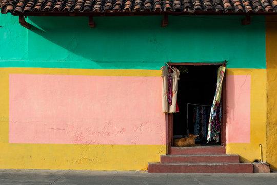 Fachada colorida en calle la calzada de Granada Nicaragua