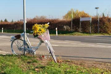 Ein sogenanntes Ghost Bike wird aufgestellt an der Stelle , an der ein Fahrradfahrer tötlich verunglückt ist