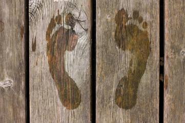 nasse Fußabrücke auf Holzboden